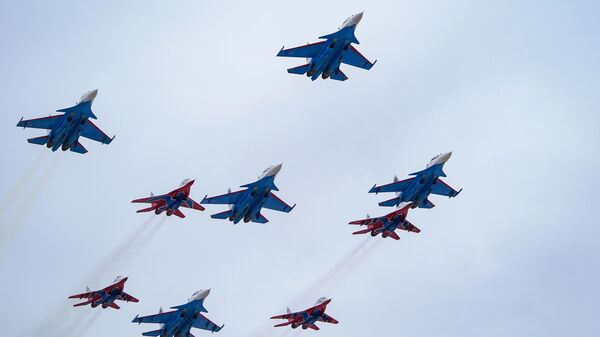Истребители МиГ-29 и Су-30СМ пилотажных групп Русские витязи и Стрижи на репетиции воздушной части парада Победы в Кубинке