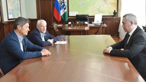 Андрей Мартемьянов (слева) утвержден на должность главного тренера Сибири