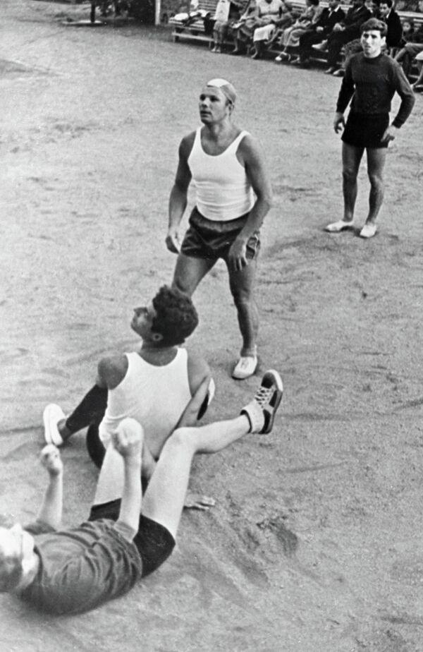 Юрий Гагарин (в центре)