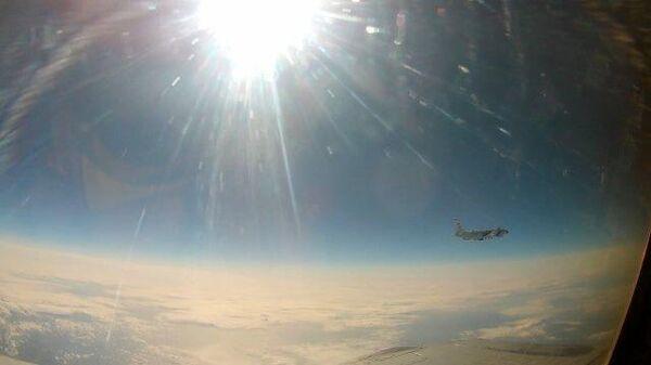 Истребитель МиГ-31 перехватил самолет ВВС США над Тихим океаном. Кадры Минобороны