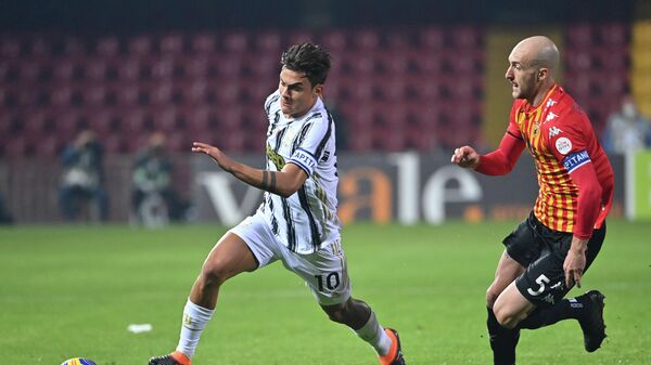 Juventus' Argentine forward Paulo Dybala (L) outruns Benevento's Italian defender Luca Caldirola during the Italian Serie A football match Benevento vs Juventus on November 28, 2020 at Ciro-Vigorito stadium in Benevento, near Naples. (Photo by Alberto PIZZOLI / AFP)