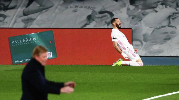Карим Бензема празднует гол в ворота Барселоны.