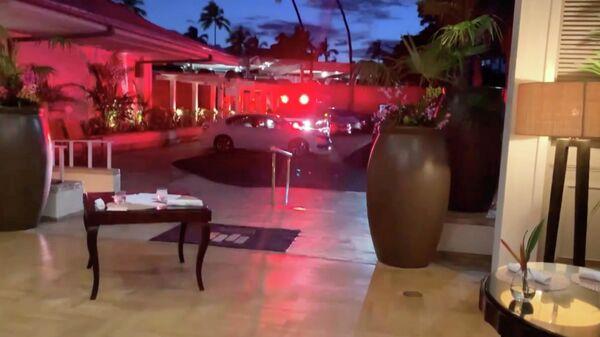 Машины экстренных служб припаркованы у отеля Kahala Resort & Hotel в Гонолулу, Гавайи