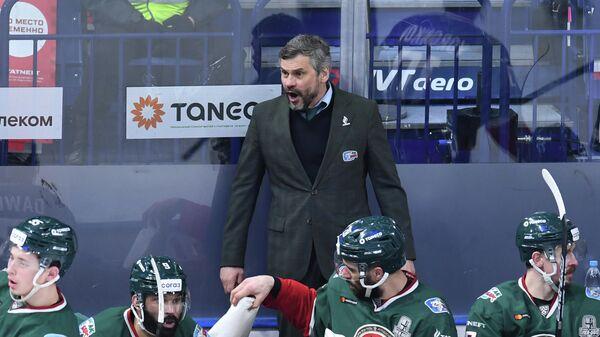 Дмитрий Квартальнов (в центре на втором плане) и хоккеисты Ак Барса