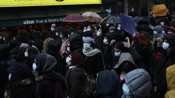Люди в защитных масках на улице Анкары, Турция