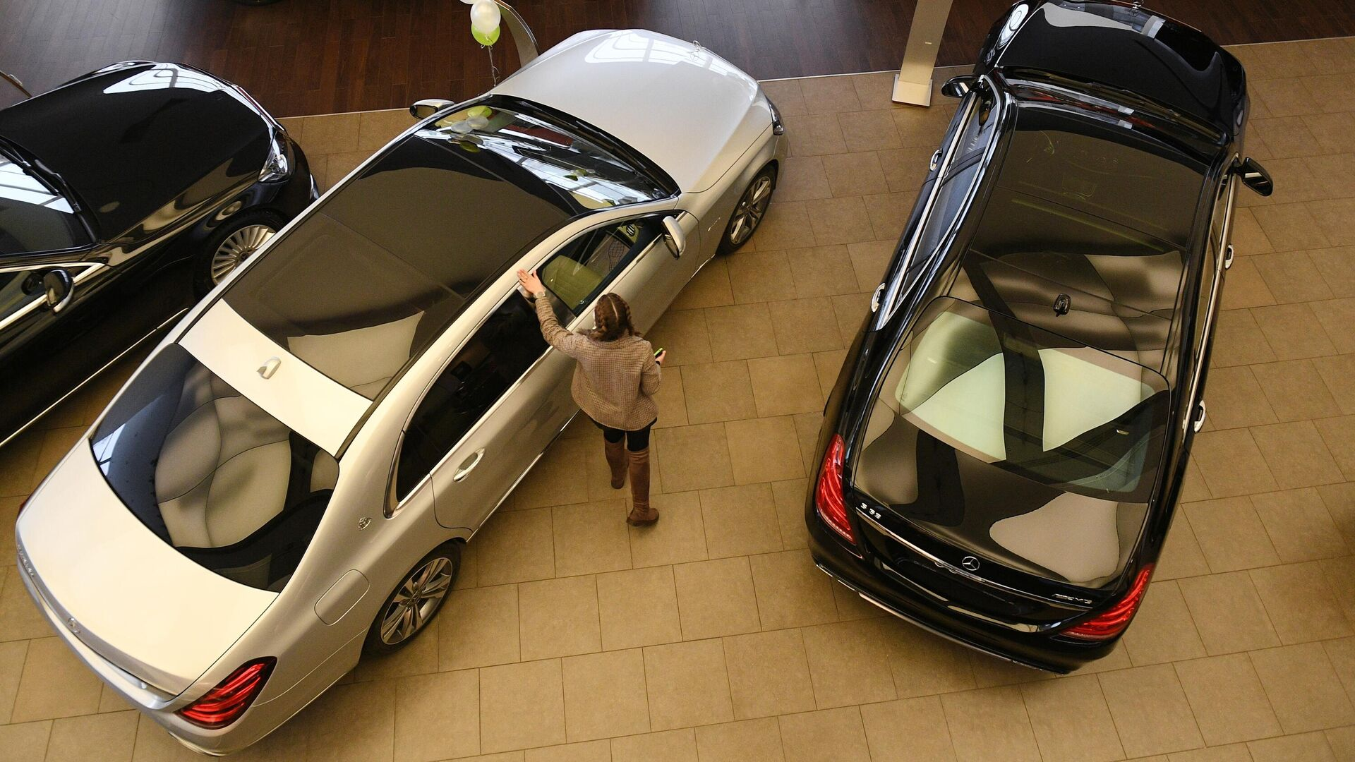 Менеджер демонстрирует покупателям автомобиль в автосалоне по продаже подержанных авто в Москве - РИА Новости, 1920, 14.04.2021