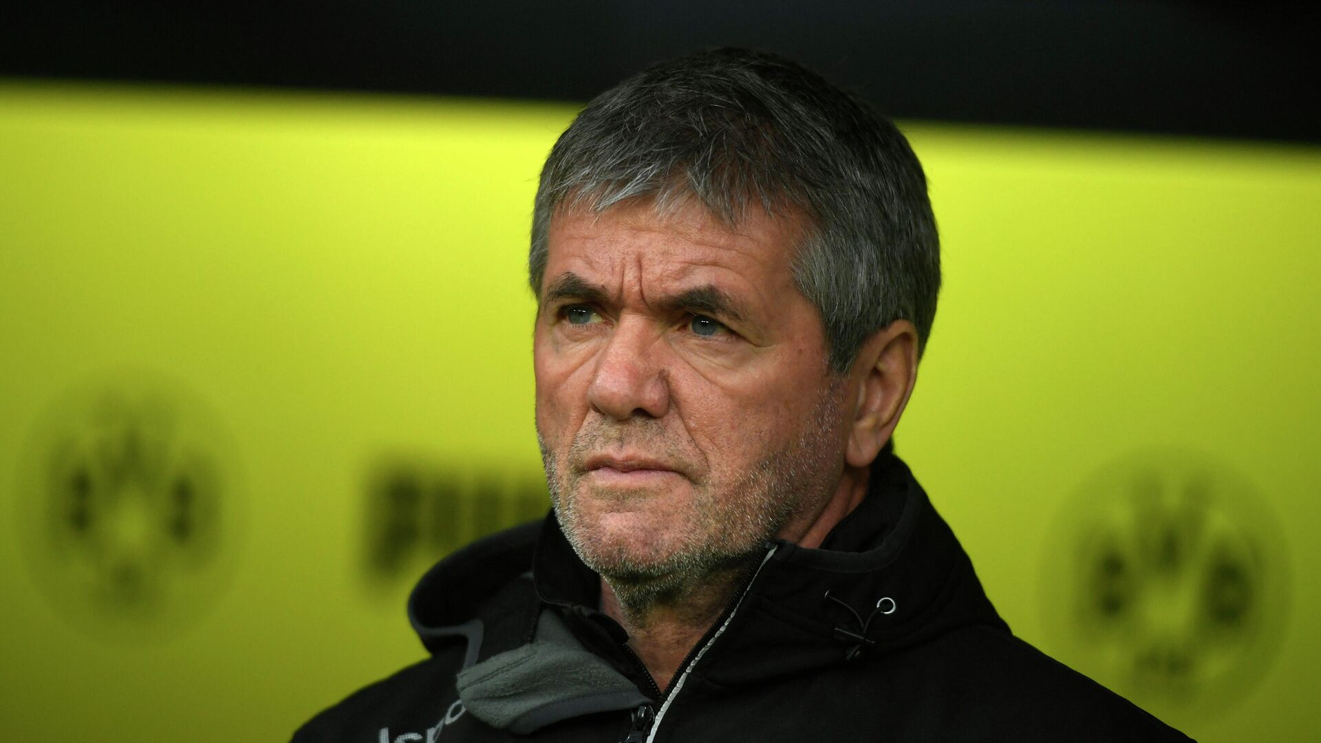 Fortuna Duesseldorf's German head coach Friedhelm Funkel looks on during the German first division Bundesliga football match Borussia Dortmund v Fortuna Duesseldorf in Dortmund, western Germany on December 7, 2019. (Photo by INA FASSBENDER / AFP) / DFL REGULATIONS PROHIBIT ANY USE OF PHOTOGRAPHS AS IMAGE SEQUENCES AND/OR QUASI-VIDEO - РИА Новости, 1920, 12.04.2021