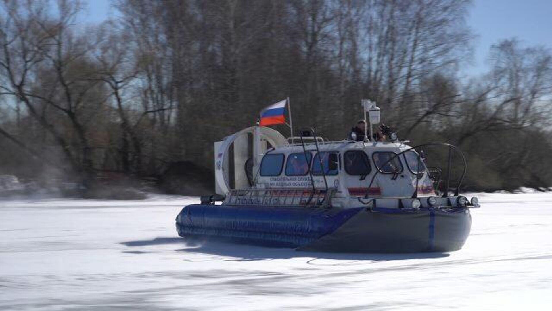 На тонком льду: как московские спасатели патрулируют водоемы - РИА Новости, 1920, 12.04.2021