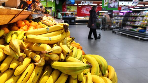 Прилавок с бананами в супермаркете в Москве