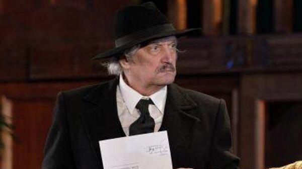 Актер Евгений Тиличеев в сцене спектакля Лето любви