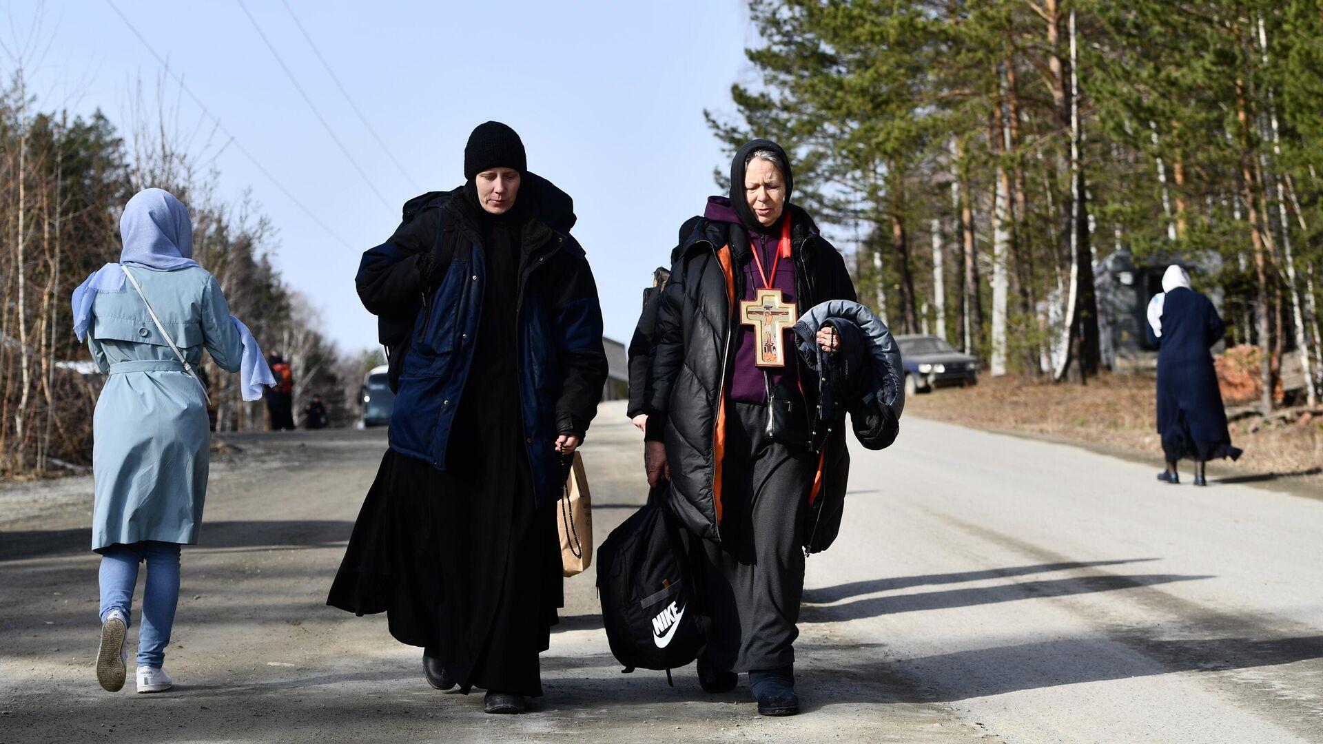 Верующие, выселенные судебными приставами из Среднеуральского женского монастыря в Свердловской области - РИА Новости, 1920, 14.04.2021