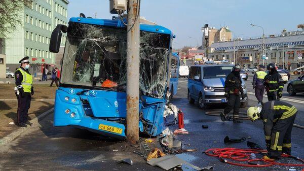 Последствия столкновения пассажирского автобуса с мачтой освещения на Марксистской улице в Москве