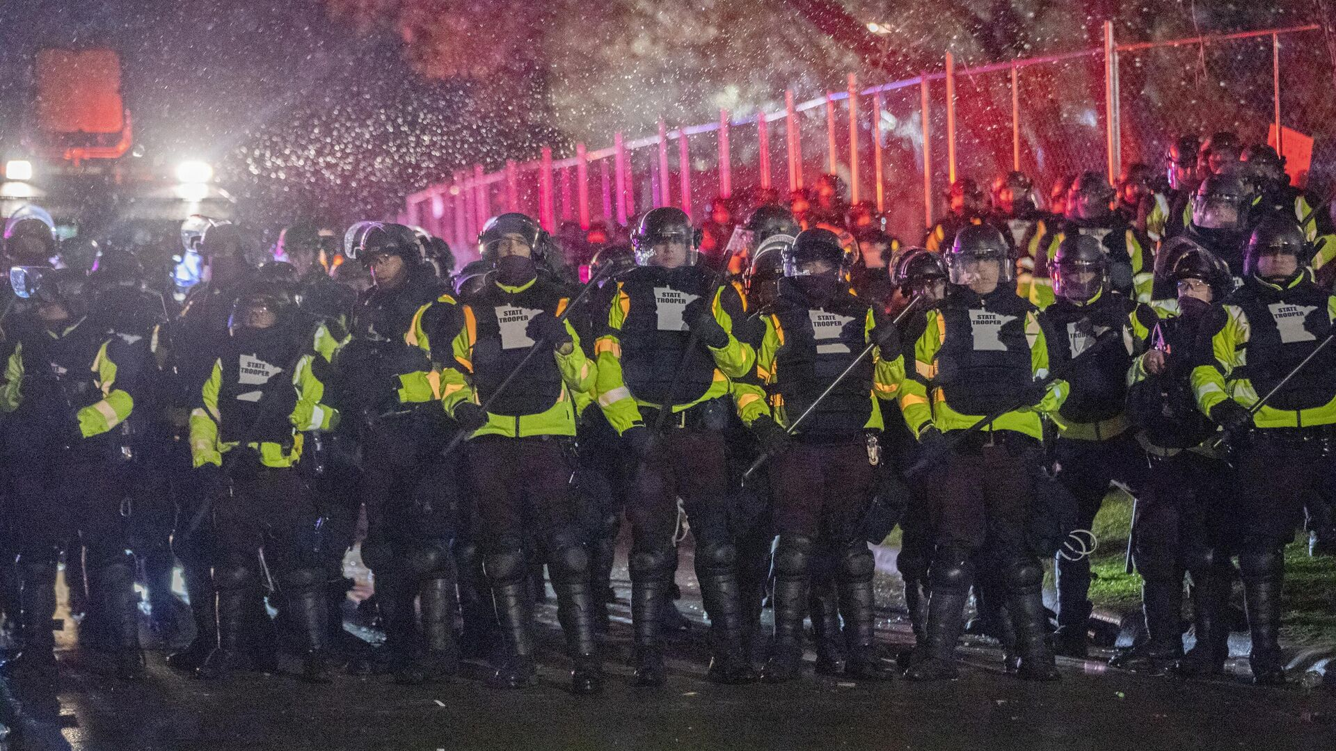 Сотрудники полиции во время акции протеста в городе Бруклин-Сентер в штате Миннесота - РИА Новости, 1920, 17.04.2021