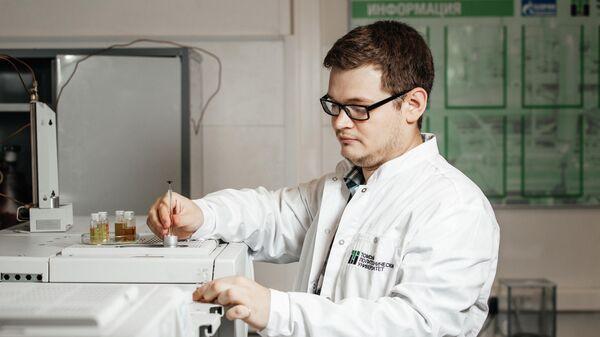 Инженер-исследователь отделения химической инженерии ТПУ Илья Богданов работает с образцами топлива