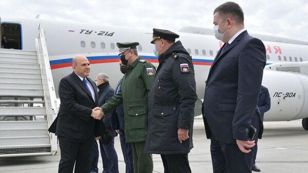 Председатель правительства РФ Михаил Мишустин на церемонии встречи в аэропорту Махачкалы