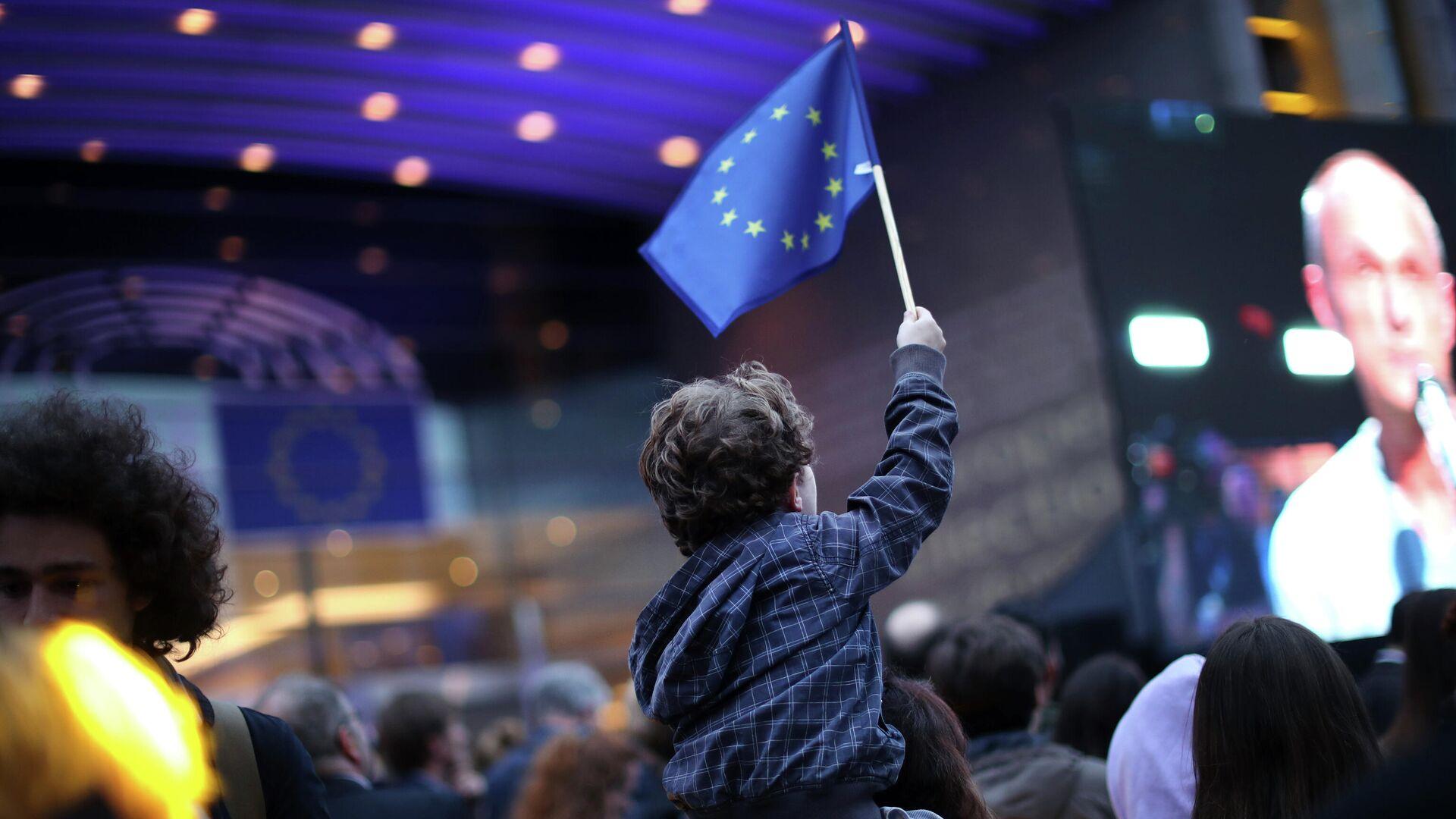 Мальчик с флагом ЕС в день выборов в Европарламент - РИА Новости, 1920, 29.04.2021