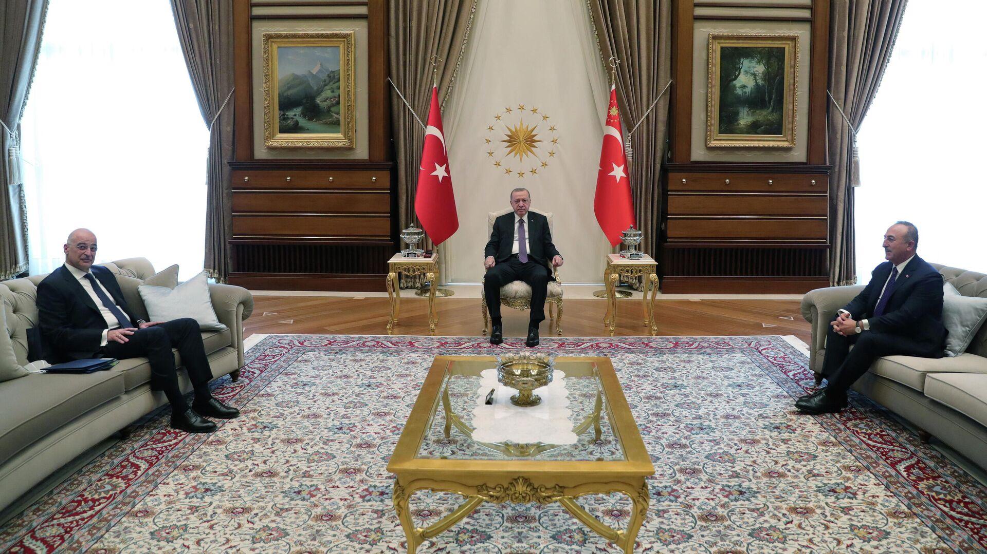 Президент Турции Тайип Эрдоган, министр иностранных дел Турции Мевлута Чавушоглу и министр иностранных дел Греции Никос Дендиас во время встречи в Анкаре - РИА Новости, 1920, 15.04.2021