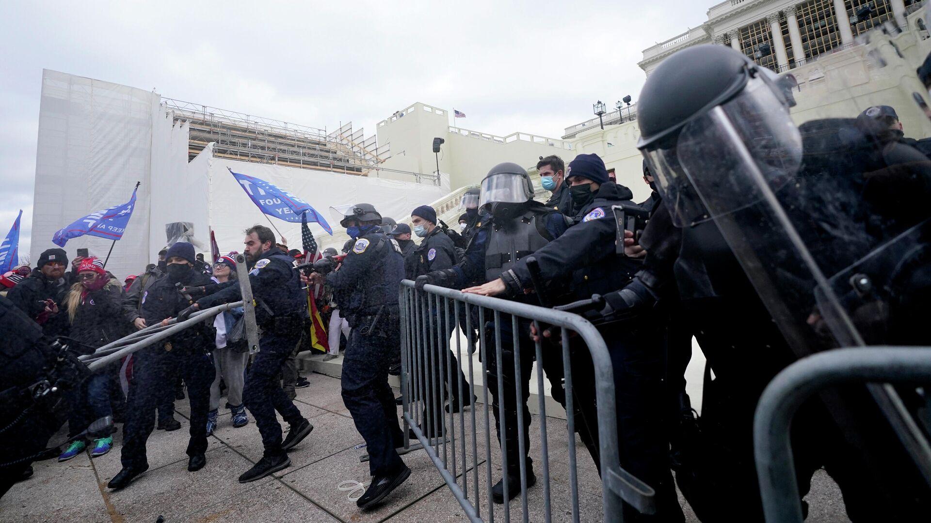 Полицейские на протесте сторонников Дональда Трампа у Капитолия США в Вашингтоне - РИА Новости, 1920, 02.08.2021