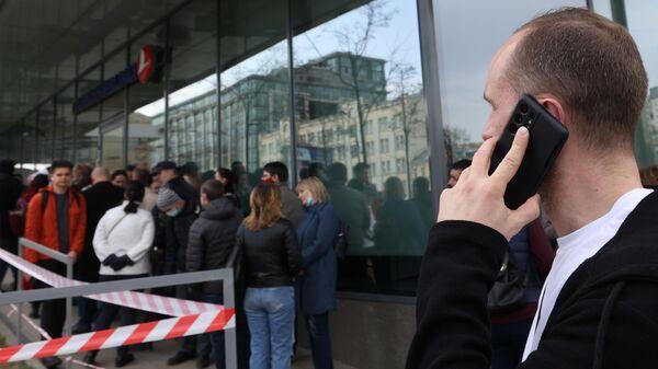 Люди стоят в очереди у входа в офис авиакомпании Турецкие авиалинии на Валовой улице в Москве