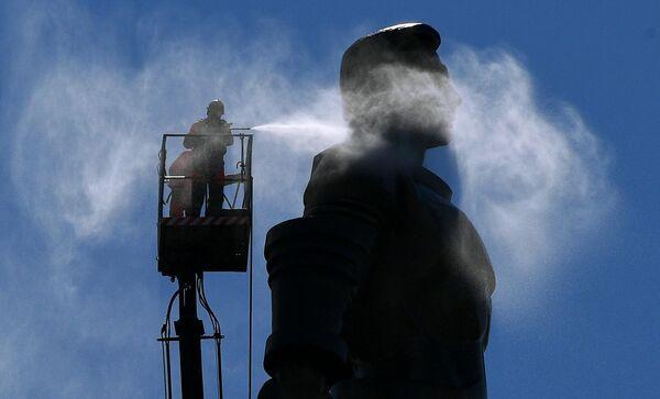 Помывка памятников Ю. Гагарину в Москве