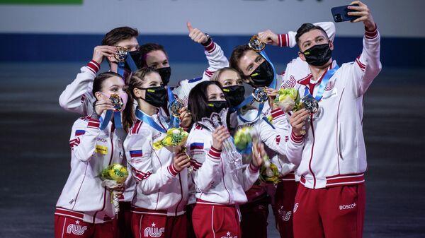 Сборная России с золотыми медалями на командном чемпионате мира по фигурному катанию.