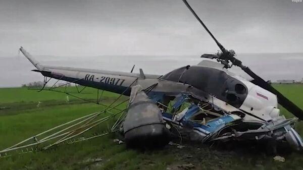 На месте жесткой посадки вертолета Ми-2 в Краснодарском крае. Кадр из видео