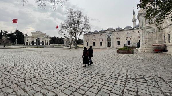 Люди на площади возле мечети в Стамбуле