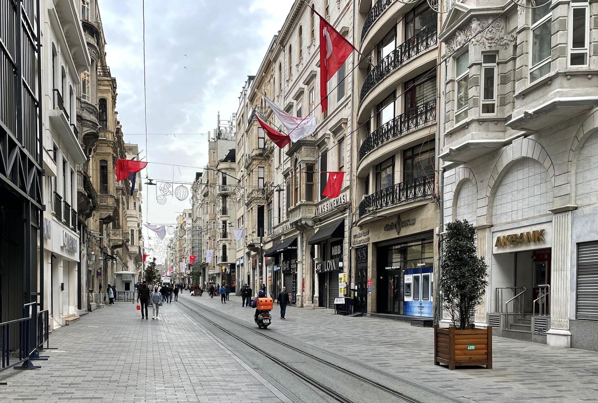 Люди на одной из улиц в Стамбуле - РИА Новости, 1920, 28.04.2021