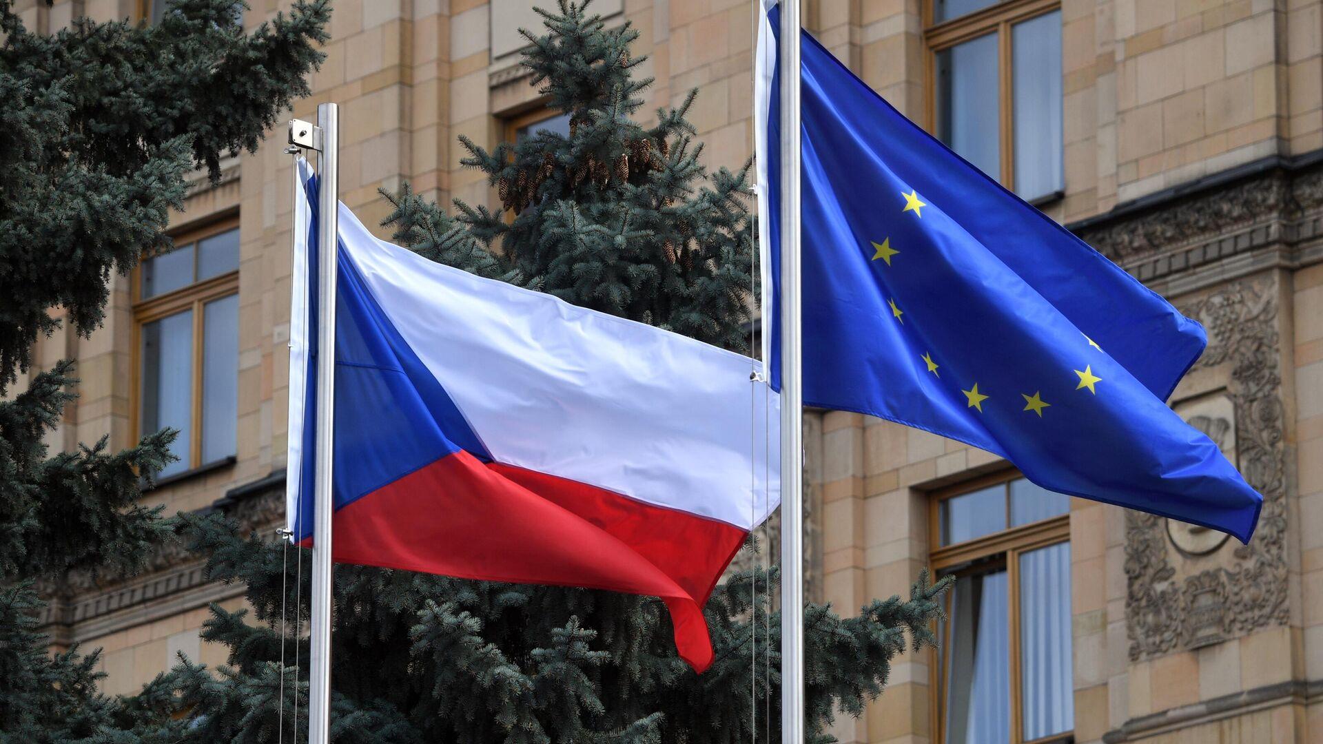 Флаги Чешской Республики и Евросоюза на территории посольства Чехии в Москве - РИА Новости, 1920, 20.04.2021