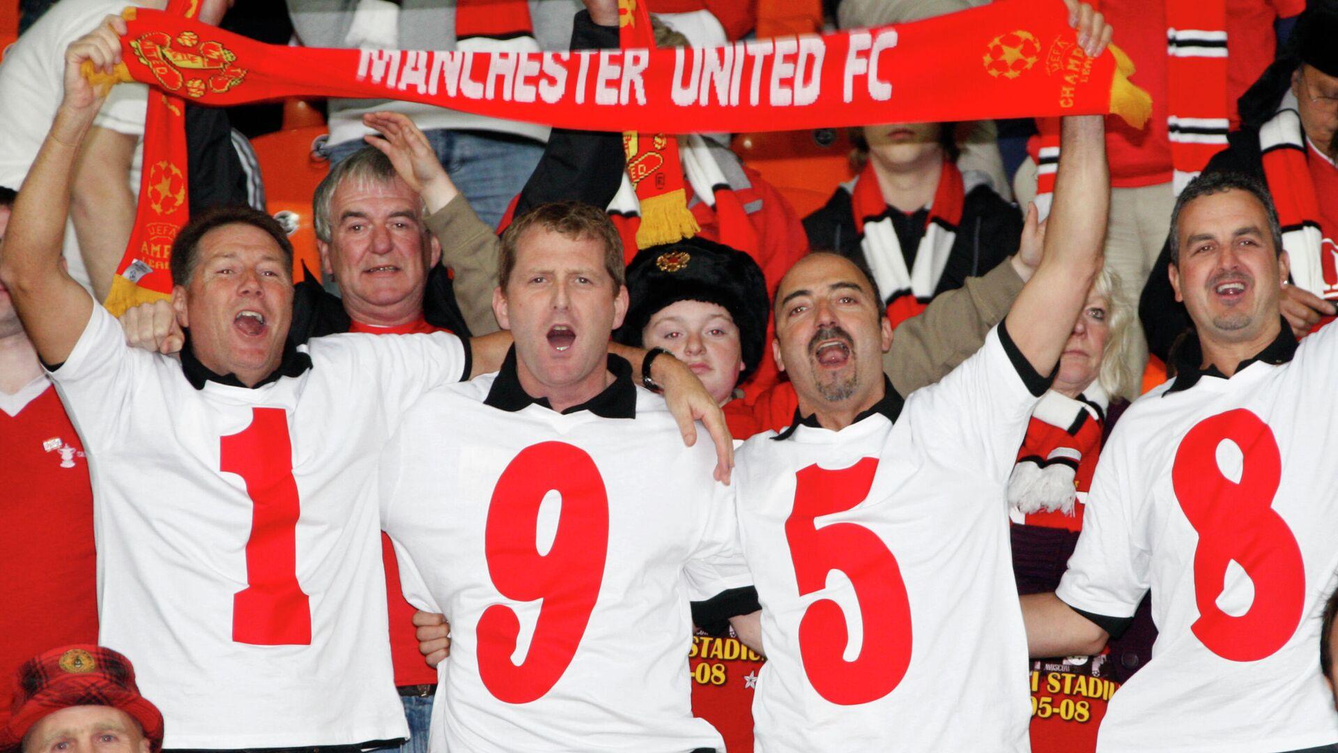 Фанаты Манчестер Юнайтед отдают дань памяти 50-летию Мюнхенской трагедии. В авиакатастрофе погибла половина игроков основного состава и персонала клуба. - РИА Новости, 1920, 21.04.2021