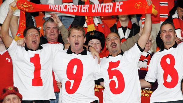 Фанаты Манчестер Юнайтед отдают дань памяти 50-летию Мюнхенской трагедии. В авиакатастрофе погибла половина игроков основного состава и персонала клуба.
