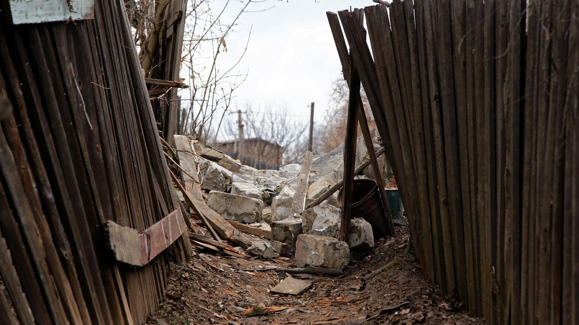 Фрагменты строения, разрушенного в результате обстрела Горловки - РИА Новости, 1920, 07.05.2021