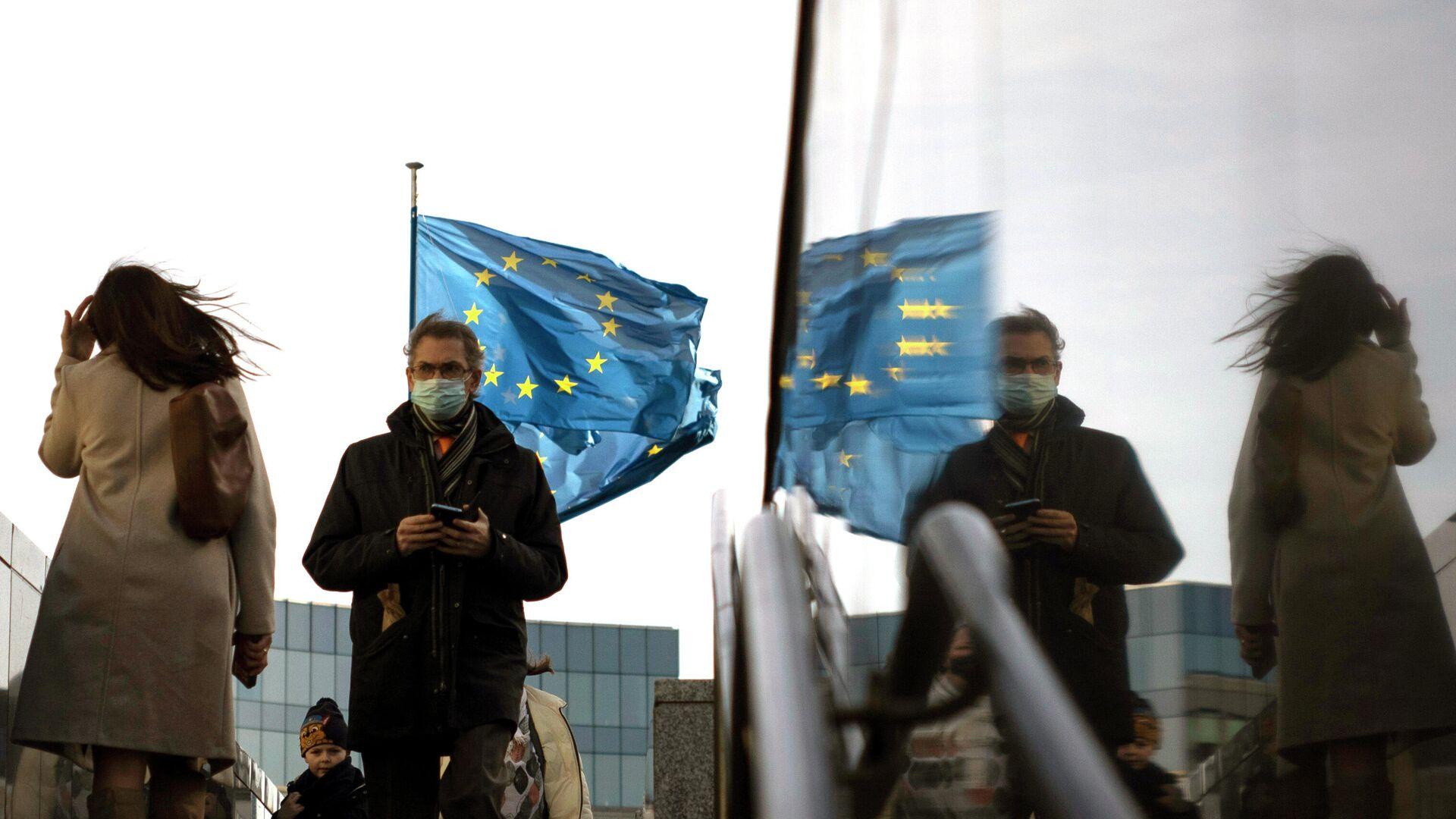 Флаги Европейского Союза перед штаб-квартирой ЕС в Брюсселе - РИА Новости, 1920, 10.09.2021