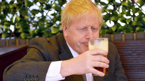 Борис Джонсон во время посещения паба Mount Tavern в Вулверхэмптоне, Великобритания
