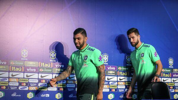 Габриэль Барбоза и Фелипе на пресс-конференции сборной Бразилии.