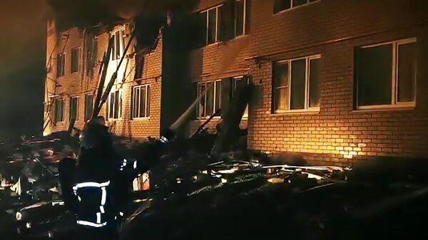 Сотрудники МЧС РФ работают на месте взрыва бытового газа в жилом доме в Нижегородской области