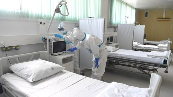 Медицинские работники в палате Московского клинического центра инфекционных болезней  (МКЦИБ) Вороновское
