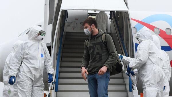Сотрудники Роспотребназора встречают пассажиров самолета авиакомпании Уральские авиалинии, прилетевших из турецкого города Анталия
