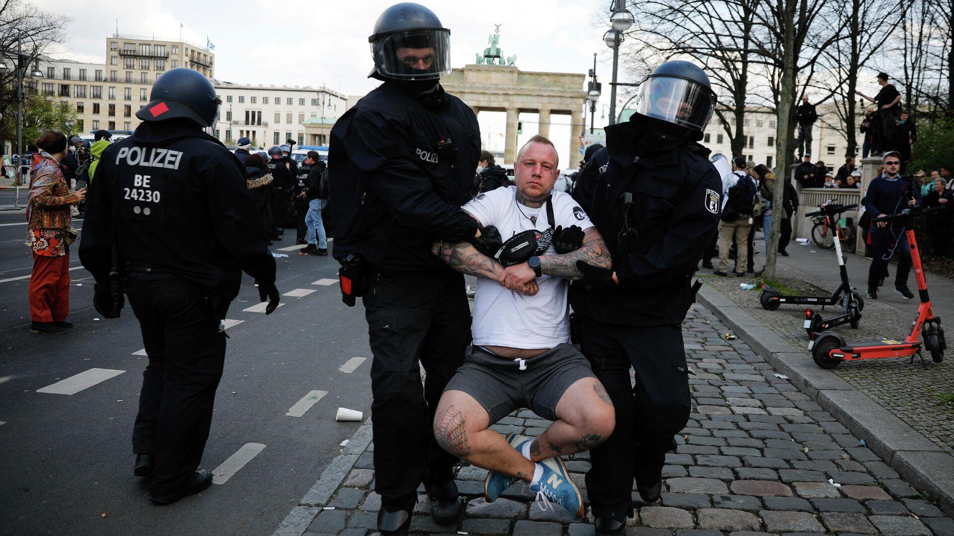 Участники акции протеста против политики правительства Германии по борьбе с пандемией коронавируса и полицейские в Берлине - РИА Новости, 1920, 21.04.2021