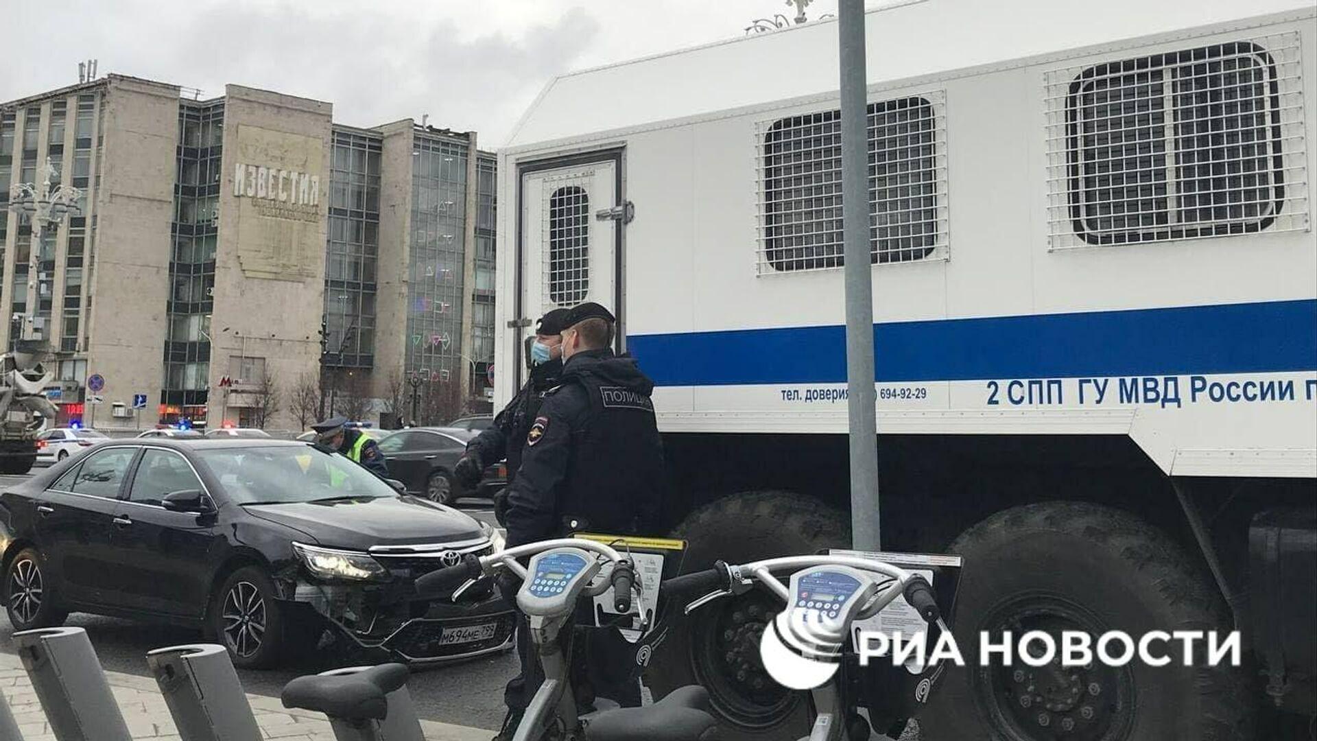 В центре Москвы столкнулись легковушка и автозак