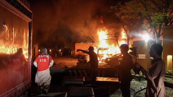 Спасатели и полицейские на месте взрыва у гостиницы в городе Кветта, 21 апреля 2021 года