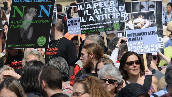 Демонстрация активистов в Париже во время  Всемирного дня защиты лабораторных животных