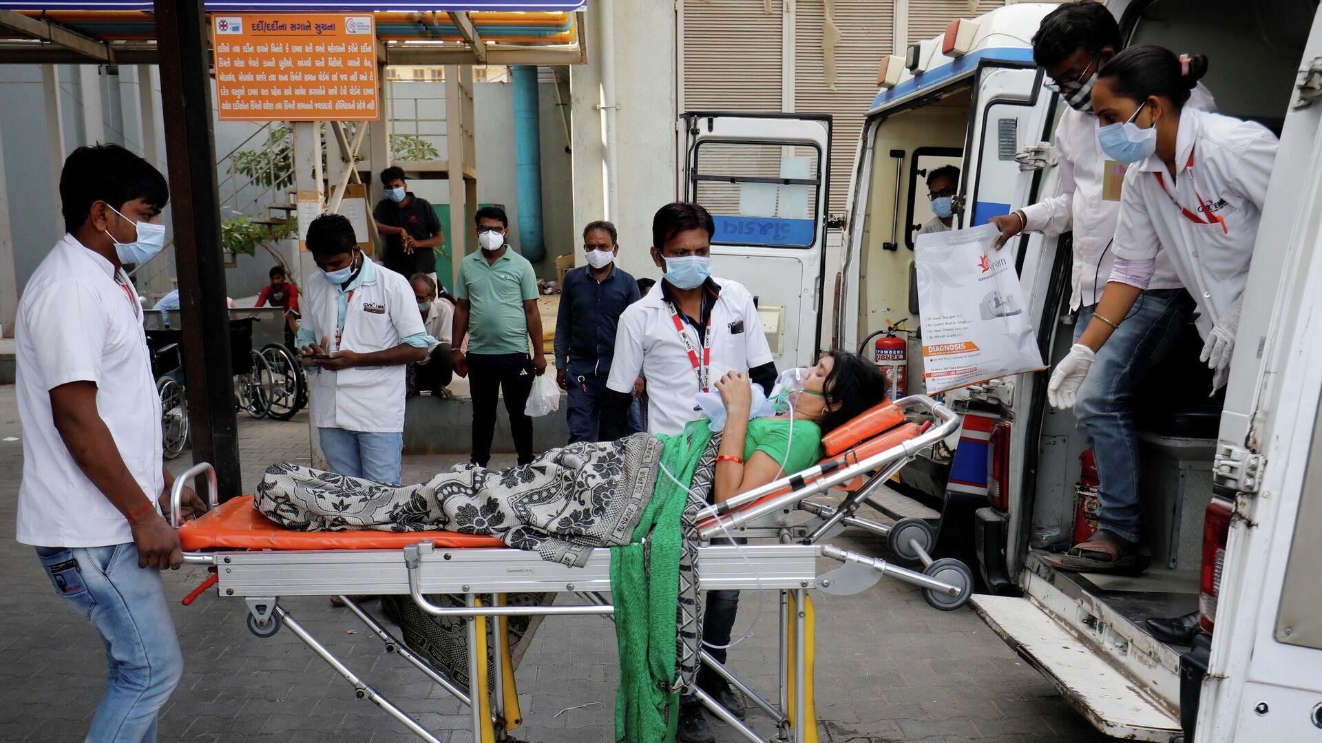 Пациента в кислородной маске везут в больницу для лечения COVID-19 в Ахмедабаде, Индия - РИА Новости, 1920, 23.04.2021
