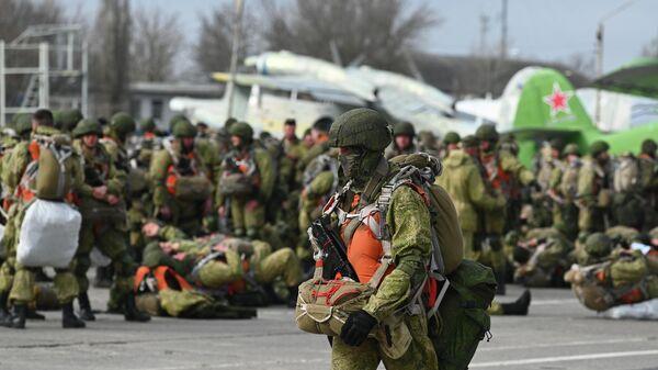 Военнослужащий гвардейского Ивановского воздушно-десантного соединения перед погрузкой на самолет Ил-76МД на аэродроме Таганрог-Центральный в Ростовской области