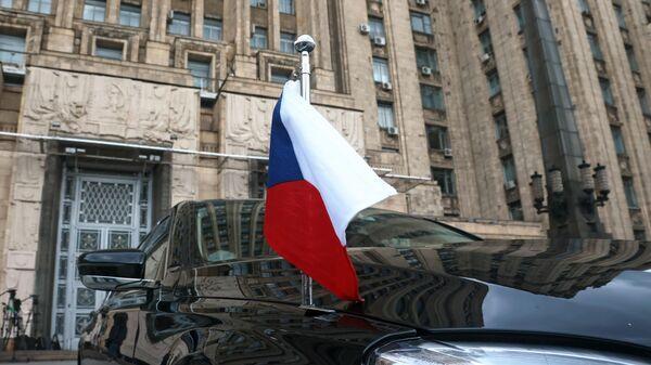 Автомобиль посольства Чехии в РФ возле здания МИД РФ в Москве