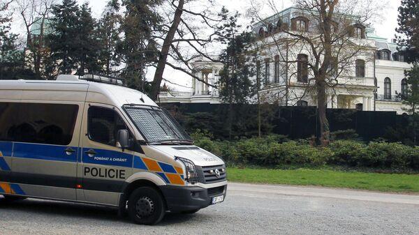 Полицейский автомобиль у здания посольства РФ в Праге