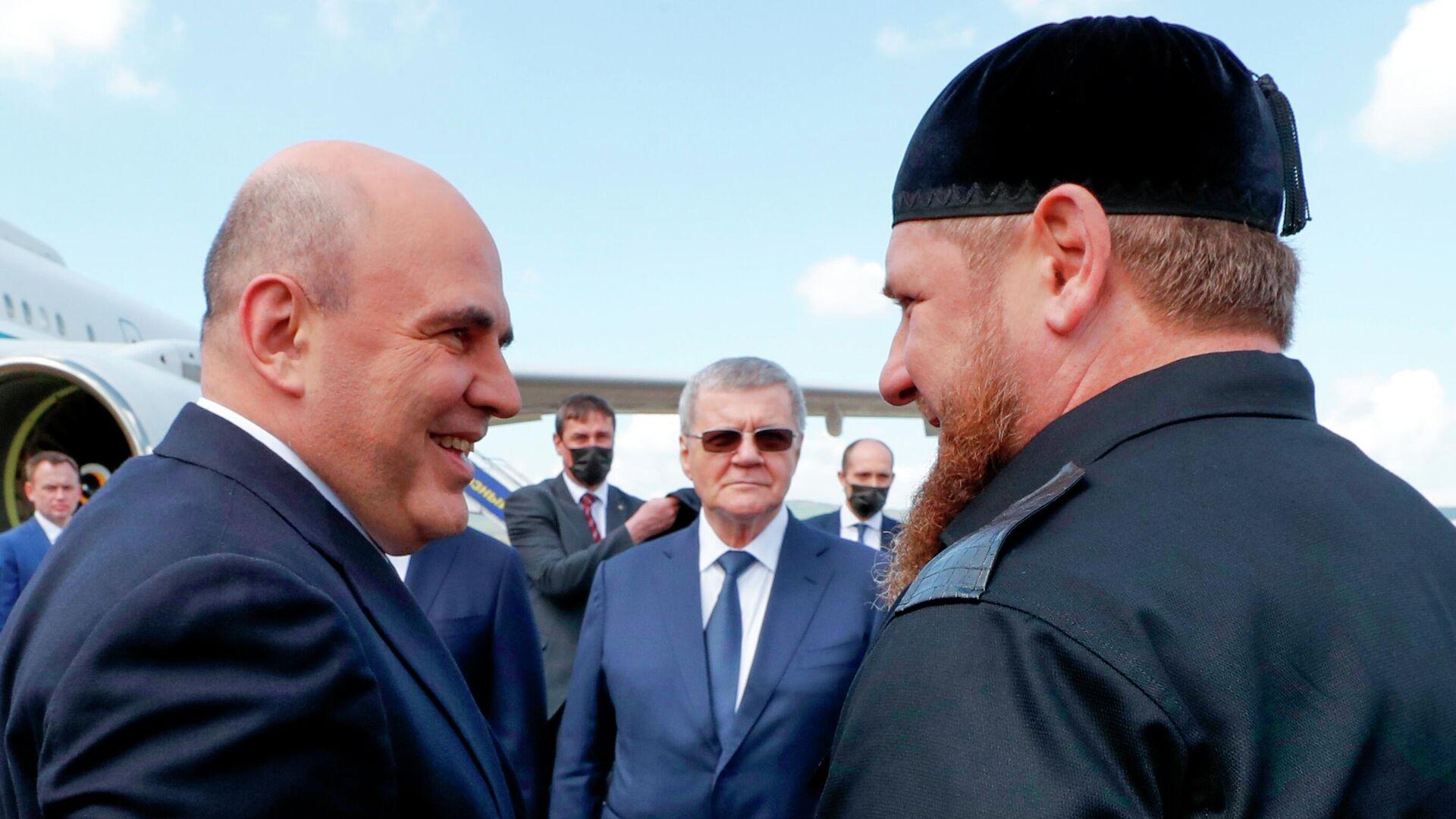 Председатель правительства РФ Михаил Мишустин и глава Чеченской Республики Рамзан Кадыров (справа) во время встречи в аэропорту Грозного - РИА Новости, 1920, 23.04.2021