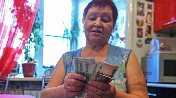 Женщина считает деньги