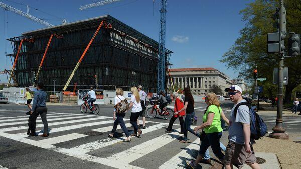 Люди переходят улицу в Вашингтоне (округ Колумбия)