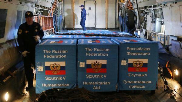 Разгрузка первой партии российской вакцины от коронавируса Sputnik V в аэропорту Кишинева